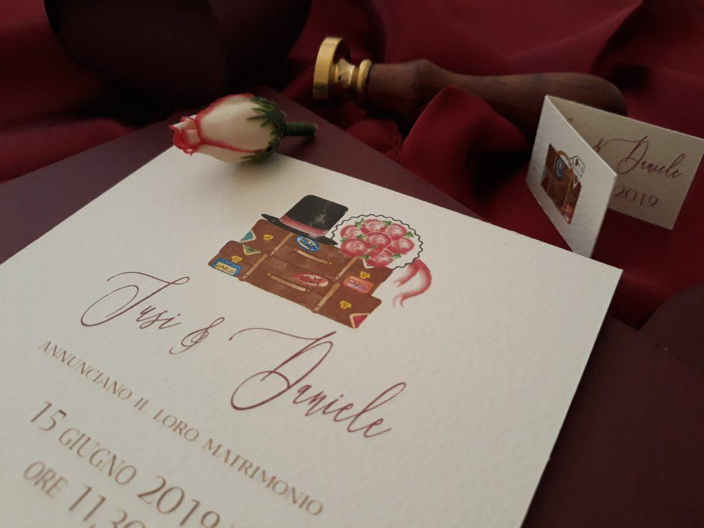 Partecipazione vintage tema viaggio con fiori color vino