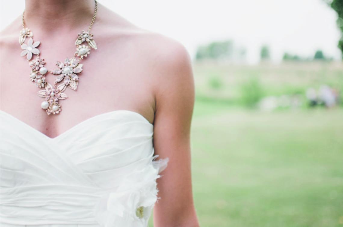 Organizzazione matrimonio - Sposa con collana