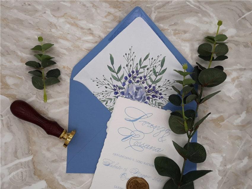 Partecipazioni-eleganti-ceralacca-azzurre-con-fiori-e-frutta-min