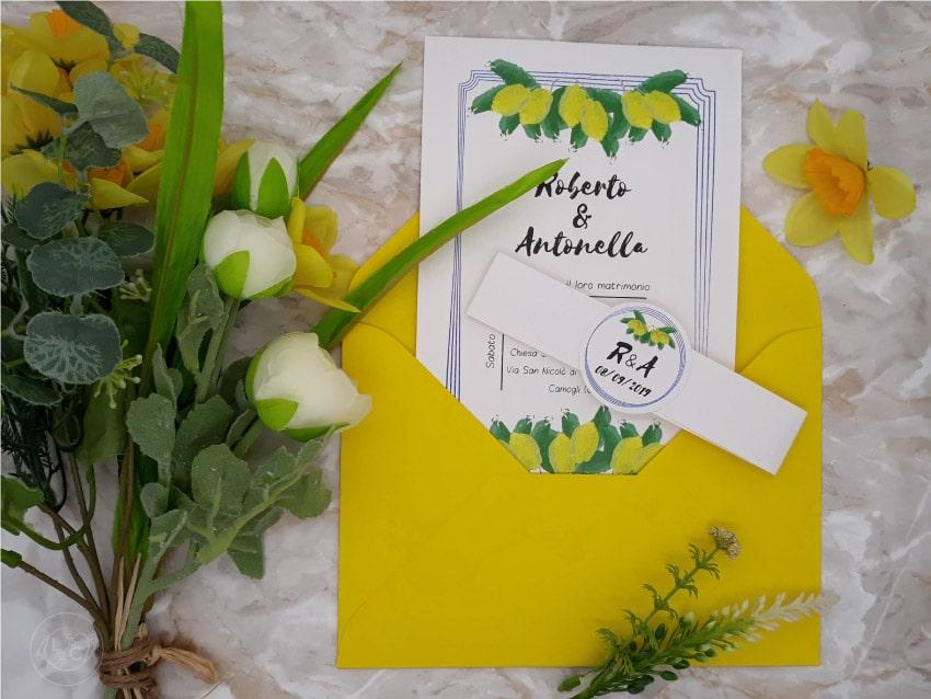matrimonio-giallo-partecipazione con-limoni-e-buste-colorate