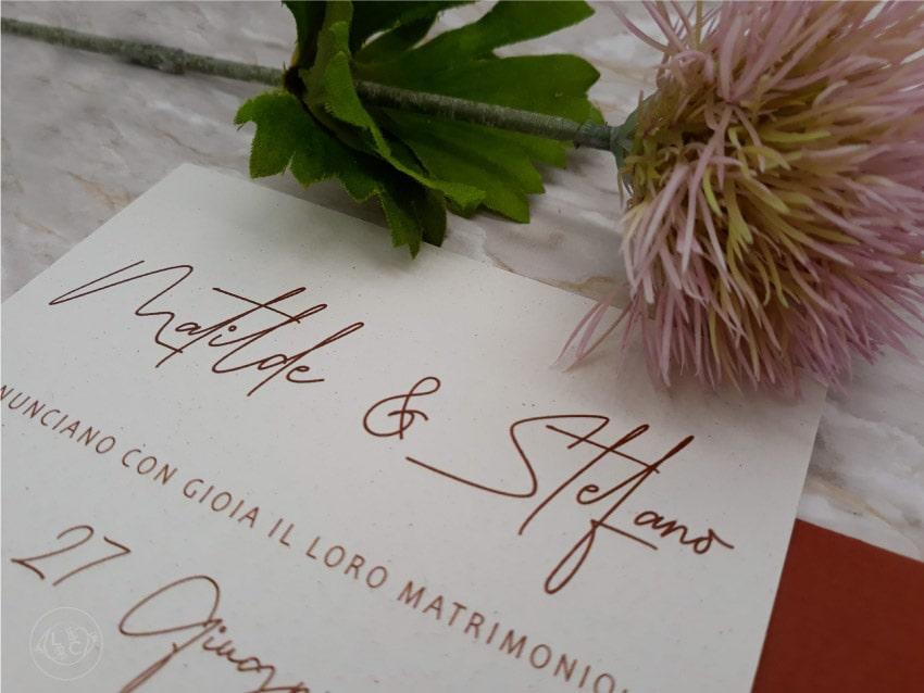 partecipazioni-2021-eleganti-con-fiori-cotone-busta-rame carta riciclata
