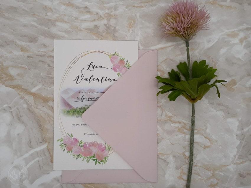 partecipazioni-di-nozze-acquerello-montagna-fiori-peonie-con-busta-rosa cipria