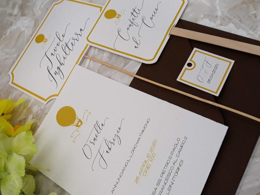 partecipazioni-mongolfiera-viaggio-matrimonio coordinato grafico-oro-marrone