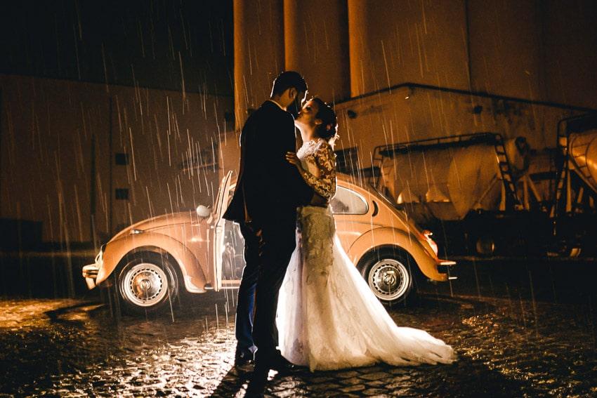 Foto fotografo matrimonio pioggia idee